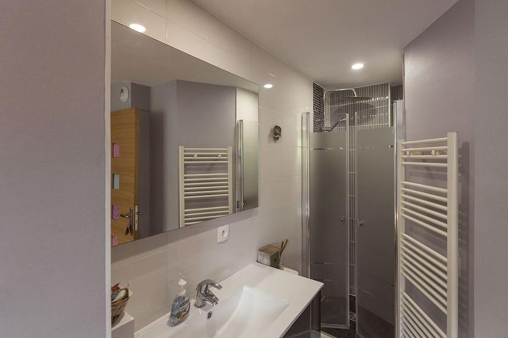 salle d'eau dans la chambre