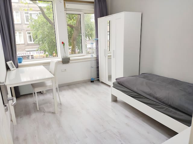 Central 3-bedroom near R'dam Train,Metro,EUR,TUD