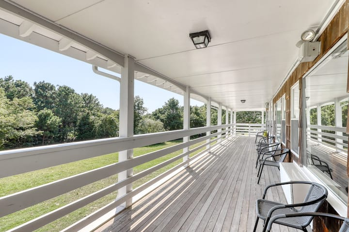 Romantic seaside getaway w/ shared pool and community tennis courts - dogs OK!