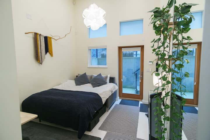 Modern Suite with AC, 5 min to train. No kitchen