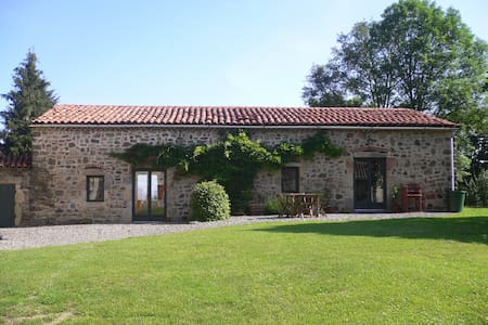 2 attached gites with private pool. - Condat-lès-Montboissier - Hus