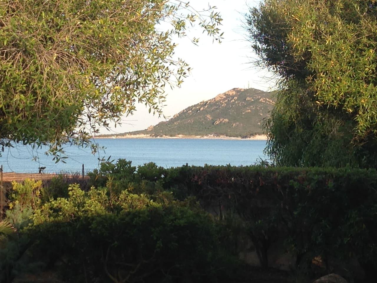 Vista dalla veranda. Lo sguardo va al panorama del mare e della spiaggia, che  è a pochi metri.