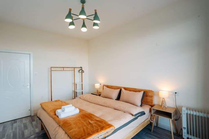 主卧室1.8米大床,配有写字桌、电暖气、晾衣杆