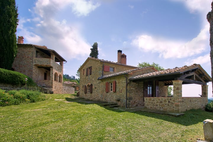 Magnificent Farmhouse in Lucignano with Swimming Pool