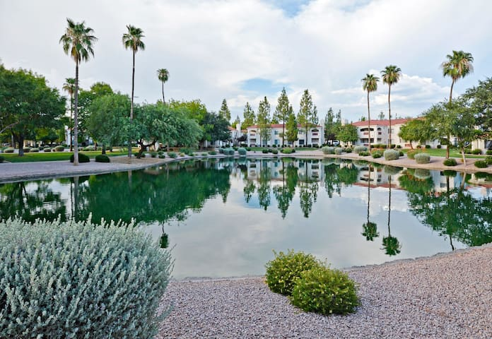 Community Htd Pool & Spa; Prime Location; Walk to Dining and Shopping