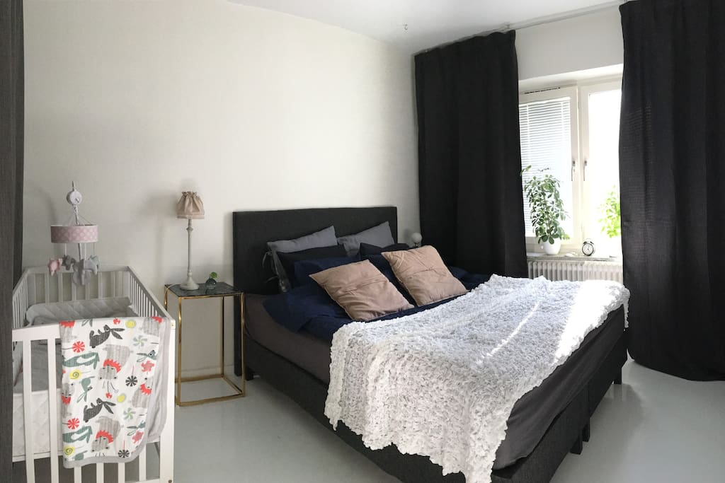 Sovrum med dubbelsäng samt spjälsäng/ Masterbedroom