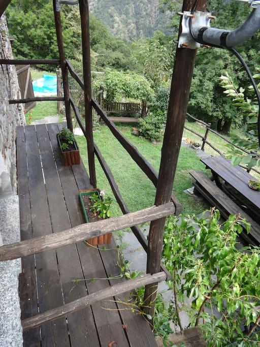 Balcone al piano superiore che dà sul giardino sottostante