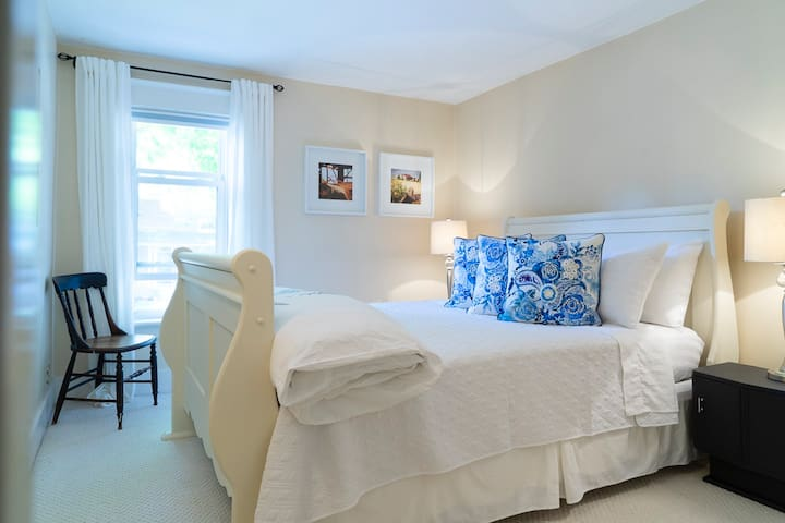 Queen room, bright, warm and inviting.