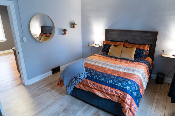 The other bedroom that proves there are in fact two bedrooms. This is not just the same bedroom from a different angle with a different bedspread. Promise.