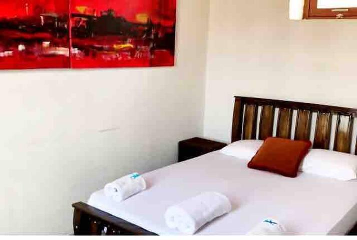 Estudio habilitado con cama doble y Aire acondicionado comparte baño con la habitación principal.
