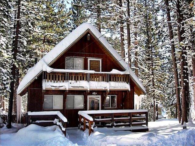 Chalet w/Hot Tub in the Tall Pines - South Lake Tahoe - Cabin