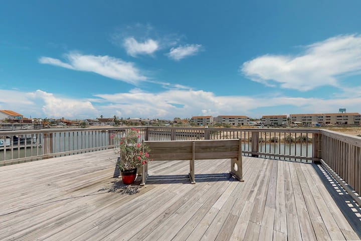 Lovely waterfront home with boat lift, private hot tub - 2 dogs OK!
