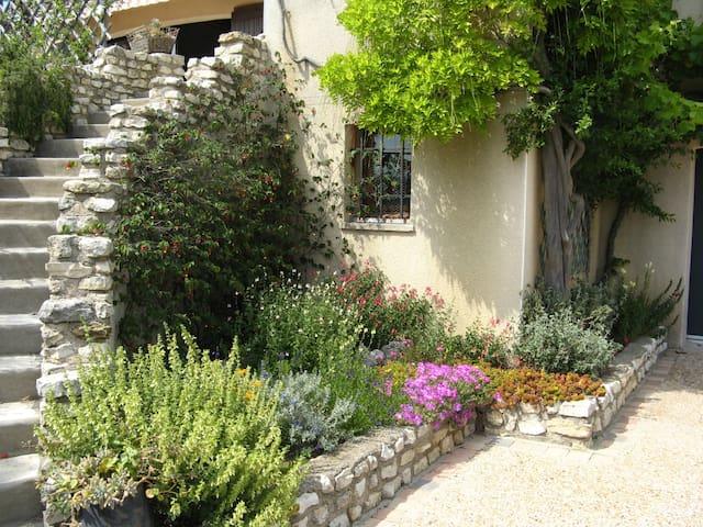 Chambre privative avec entrée indépendante - Lespignan - House