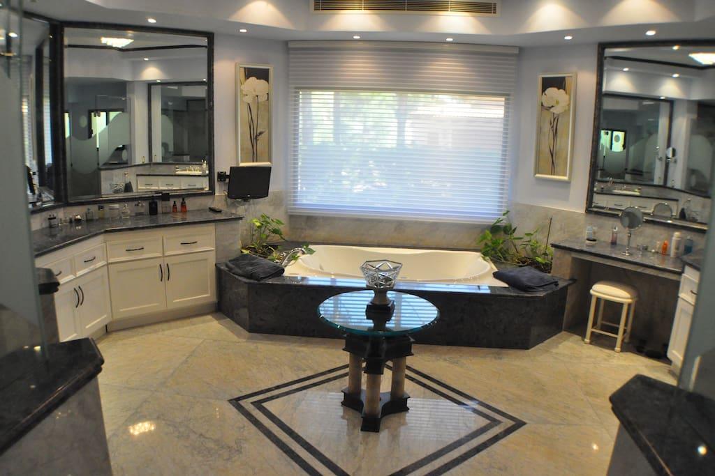 Lujoso bsño de 32 m2 con jacuzzi, doble mesada con bachas y dos cabinas de ducha