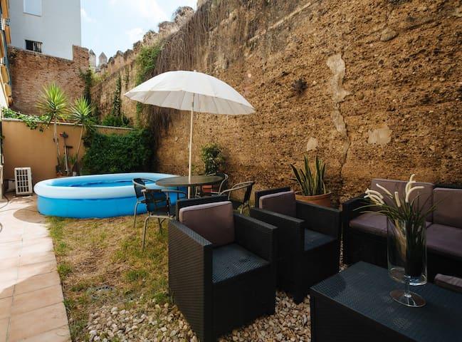 Sol · Downtown Apartment with Garden and Parking