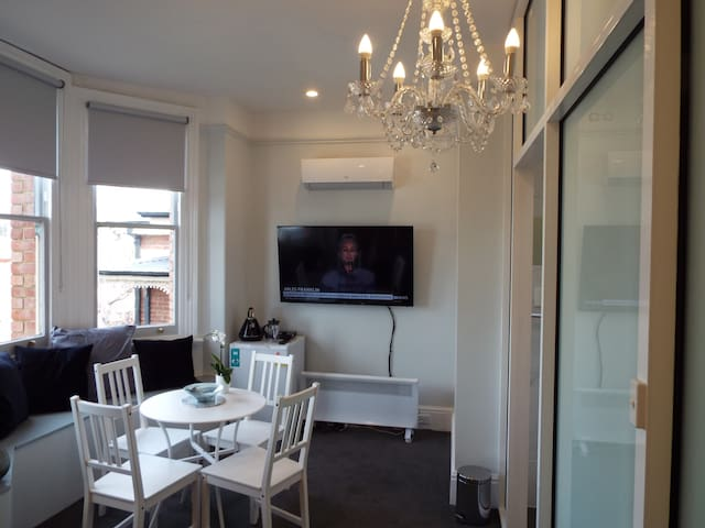 Spacious Private Room with Ensuite and Parking