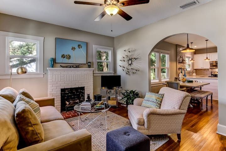 Open floor plan: comfortable living room, dining area and kitchen