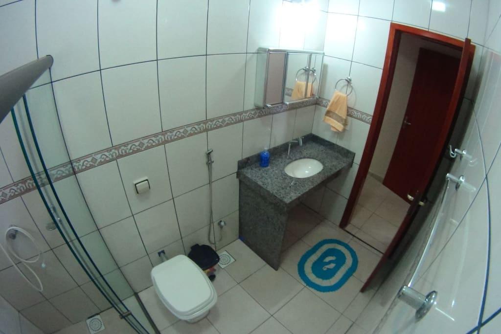 Banheiro com muitas comodidades e sempre limpo.