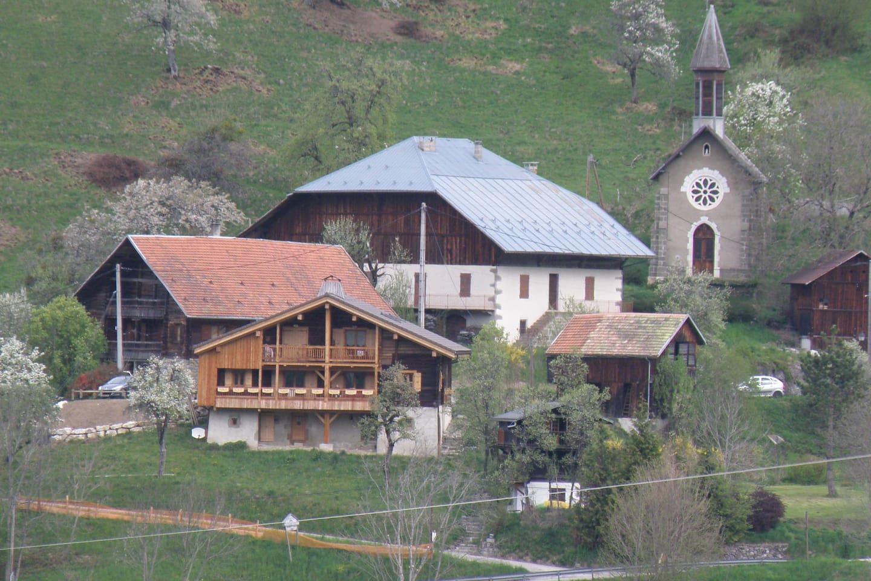 Le hameau et le chalet en premier plan