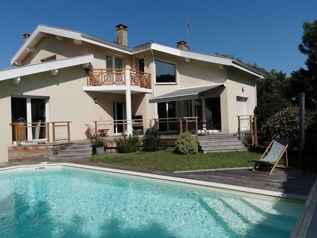 Chambre dans villa avec piscine au Pyla (la JAUNE)