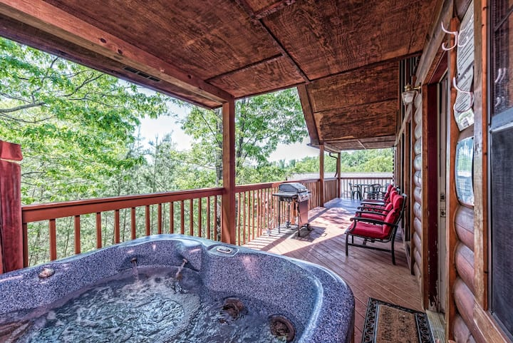 Upgraded Cabin- PRIVATE HOTTUB - Mnt View 2 Suites