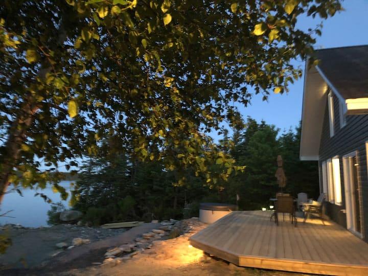 Full Cottage Lakeside Retreat; Hot tub & kayak!