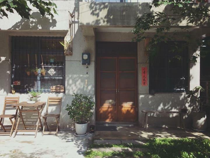 [小晴天]市區近海濱,附獨立院子和車位,MUJI寢具用品簡單美好,老宅日常是旅途最美麗的風景。