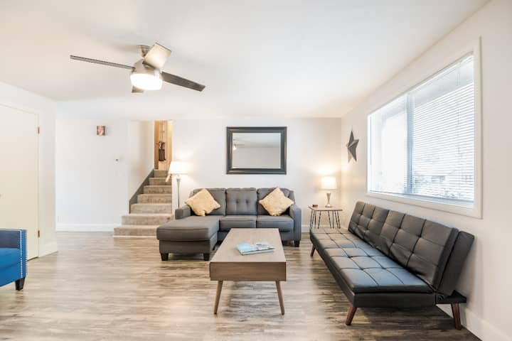 Forsythia House-Cozy, newly updated retro space A
