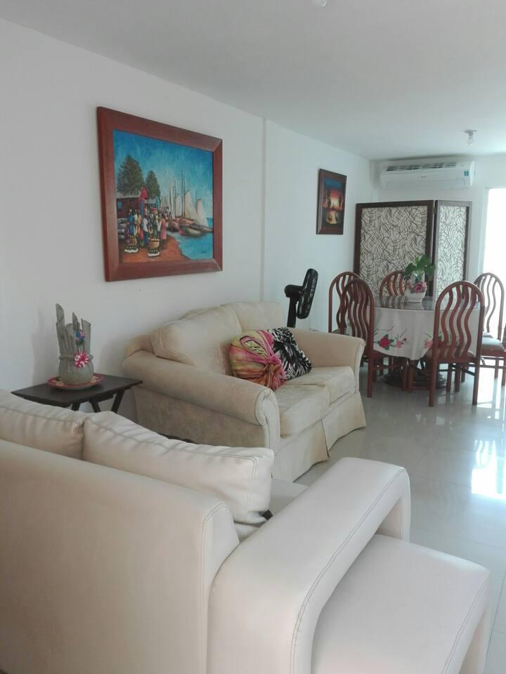 Bella habitación en cómoda casa para una pareja