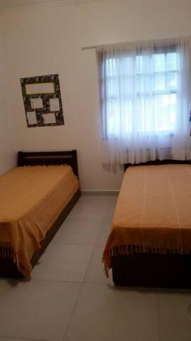 Quarto 1 para 3 pessoas com cama de solteiro e bicama