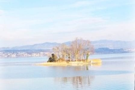 Dream flat with the lake in front of your window
