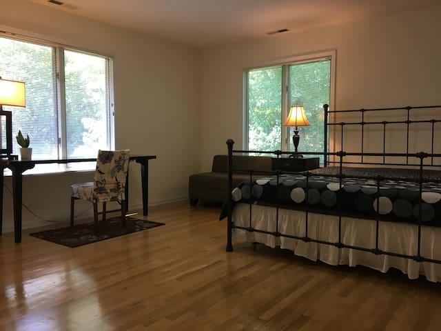 (203) Master Bedroom near Princeton Uni. and Train