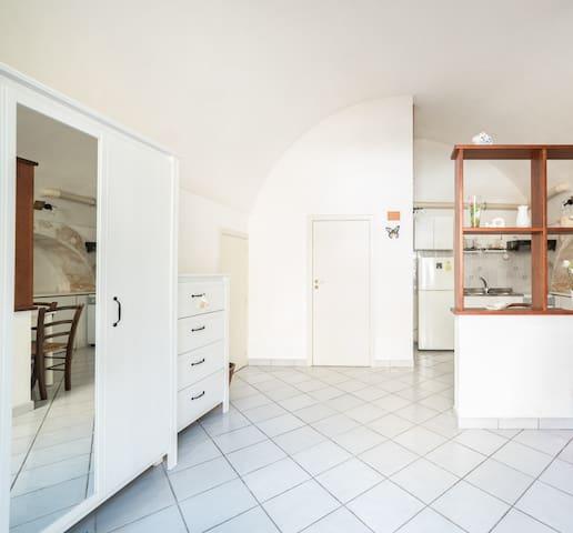 A sinistra armadio e cassettone, porta lavanderia. Di fronte porta bagno e angolo cottura