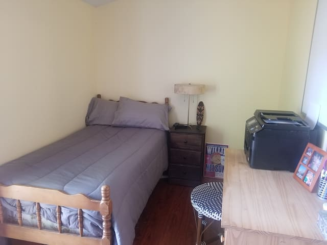 Small bedroom / single bed pic 1