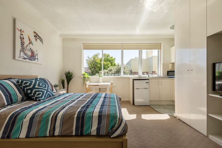 This light and bright studio apartment in St Kilda offers an unbeatable address walking distance to the water and well connected to the CBD.