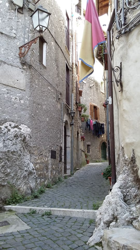 this is the alley wher the entrance is. La porta d'ingresso è sulla sinistra.