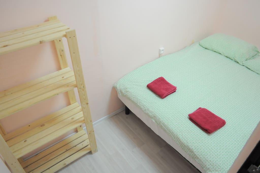 Комната с кроватью на полу
