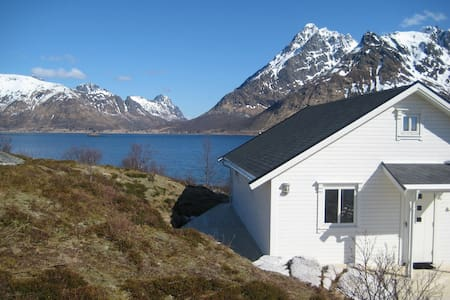 Cabin by the sea with spectacular view in Lofoten - Laupstad - Casa de campo