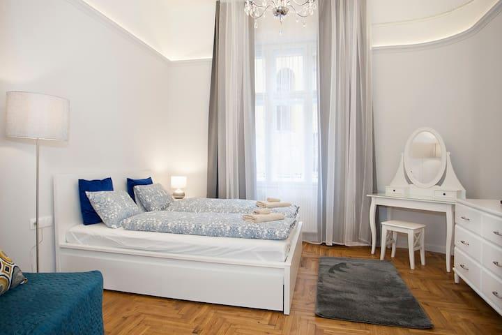 Amanda Astoria  Apartment
