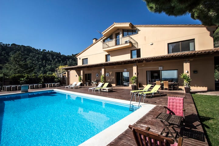 Incredible villa overlooking the valley, only 35 minutes from Barcelona