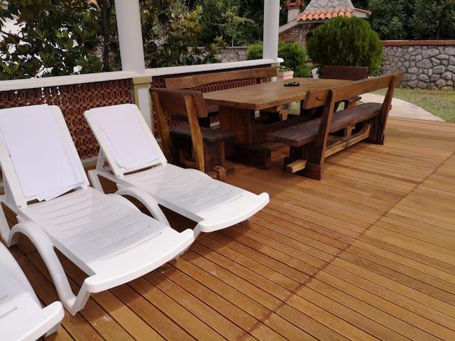 natkrivana terasa sa stolom i stolicama