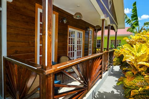 River Breeze Villa, 5 minutes to beach and town