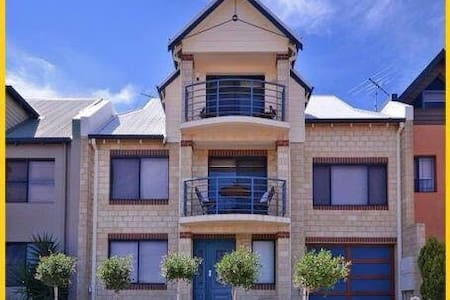 3 Story Penthouse with Ocean Views - Mindarie - Penzion (B&B)