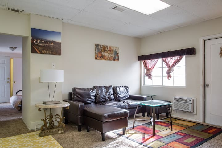 Guest House 3 Bd 2 Ba Sleeps upto 8 - Los Angeles