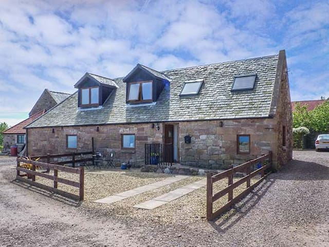 BRIDLE COTTAGE, pet friendly, with a garden in Cove, Ref 925000