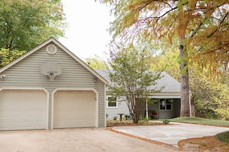 The House on Greenbriar: 1 Mile from OU Campus!