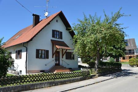 Idyllisches Ferienhaus mit Garten nahe Augsburg