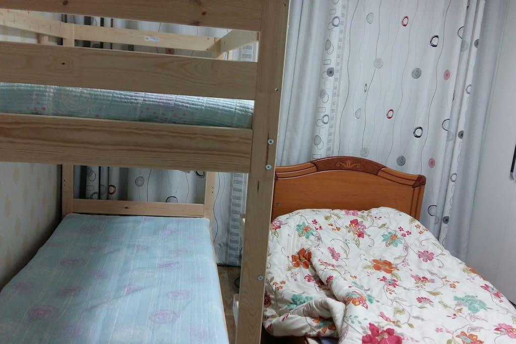 1층 안방 침실입니다~^^ 2층 침대가 있고 옆엔 온돌 침대입니다~