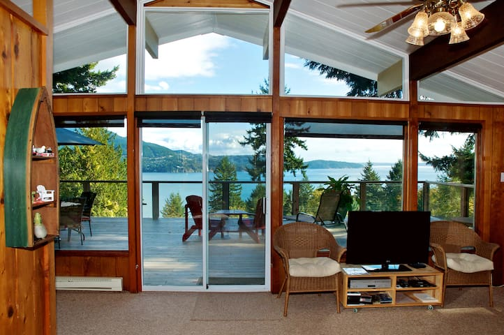 Evergreen Cottage ~ Cozy Cabin with Gorgeous Views - Bowen Island - Houten huisje