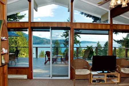 Evergreen Cottage ~ Cozy Cabin with Gorgeous Views - Bowen Island